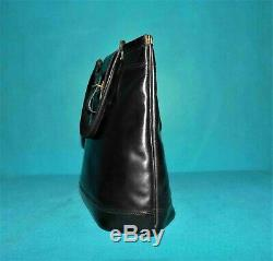 Sac vintage HERMES paris berry en cuir noir porté main